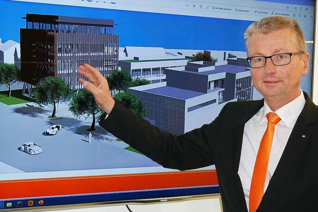 Bankdirektor Werner Thomann mit der En..., dahinter die neue Volksbank-Zentrale  | Foto: Michael Gottstein