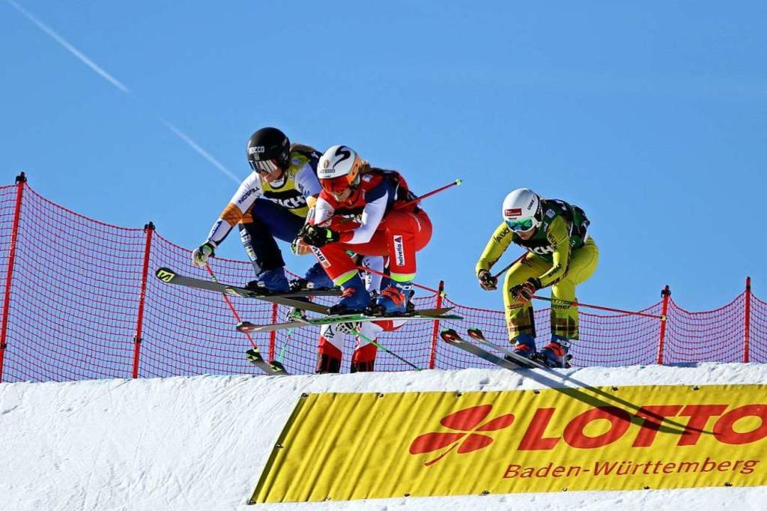 Angriffslustig: Daniela Maier (rechts)...beim Skicross-Weltcup auf dem Feldberg  | Foto: Joachim Hahne