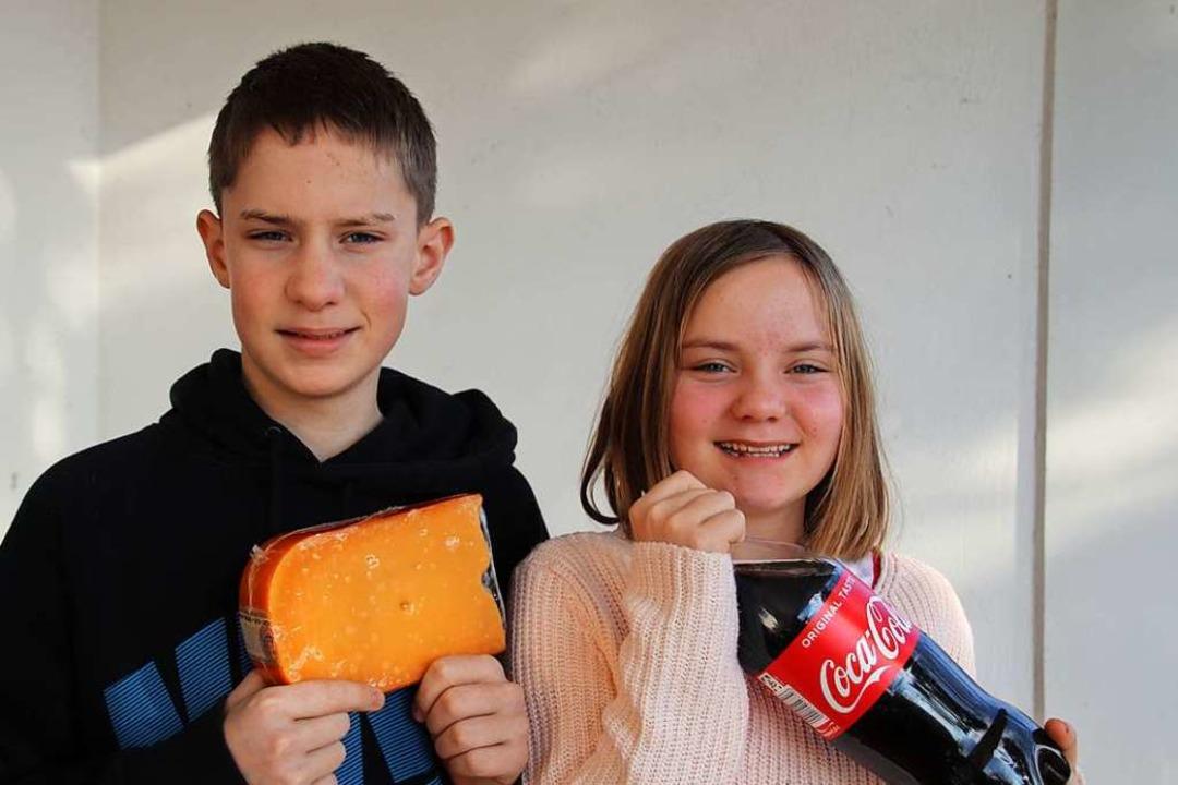 Die Geschwister Felix und Leni Fingerl... mit Cola aus Milch Käse herzustellen.  | Foto: Renate Spanke