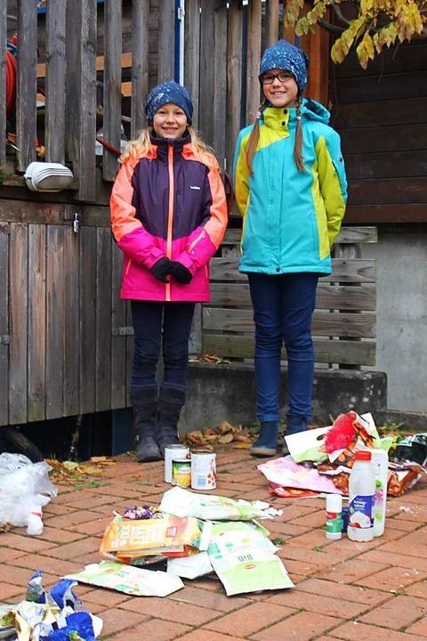 Die zehn Jahre alte Mara Keller und di...cke in ihrer Nachbarschaft untersucht.  | Foto: Lukas Orth