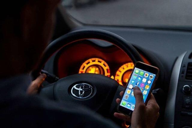 Polizei erwischt 15 Autofahrer, die das Handy während der Fahrt benutzen