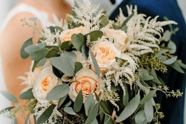 Brautstrauß mit Eukalyptus: Floristin Laura Lösslin aus Weisweil