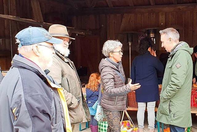 Schallstadts Bürgermeisterkandidat Ricky Zinn sucht auf dem Markt die Nähe zu den Bürgern