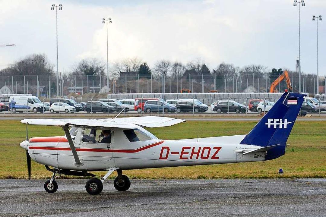 Kleinflugzeug auf dem Freiburger Flupl...platzes 2031 oder früher kosten würde.  | Foto: Ingo Schneider