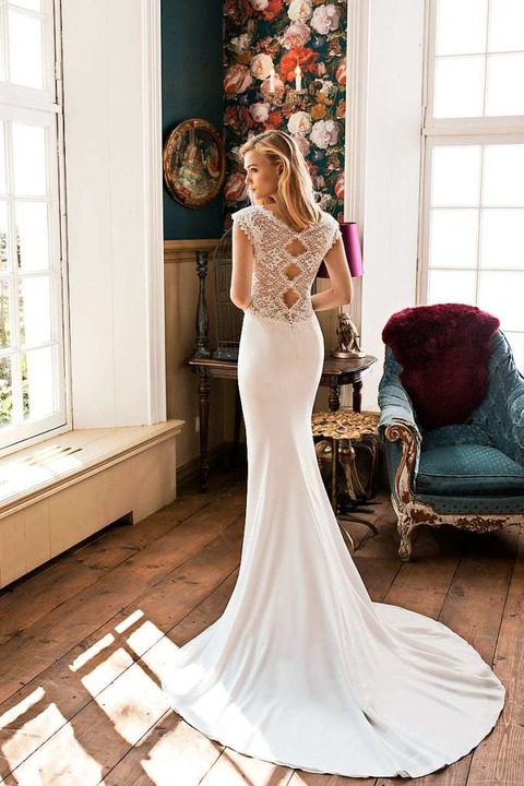 Das Meerjungfrauen-Kleid liegt an Ober...a Europae BV 2019, Preis auf Anfrage).  | Foto: Modeca Europae BV 2019