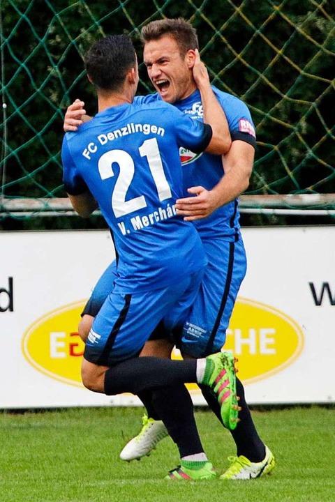 Dichtel (hinten) bejubelt einen Treffer mit Victor Merchan  | Foto: Benedikt Hecht