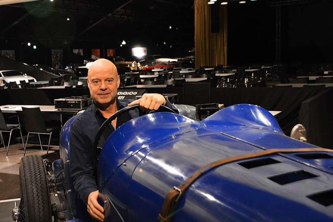 Martin Waltz in einem der Oldtimer in der Eventhalle.  | Foto: Horatio Gollin