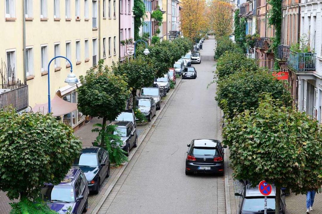 Zugeparkte Klarastraße im Stühlinger: ...rückgewinnen für Radler und Fußgänger.  | Foto: Ingo Schneider