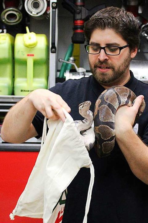 Ab in den Stoffbeutel: Die Experten vo...und Schlangen am schnellsten einfängt.  | Foto: Annika Sindlinger