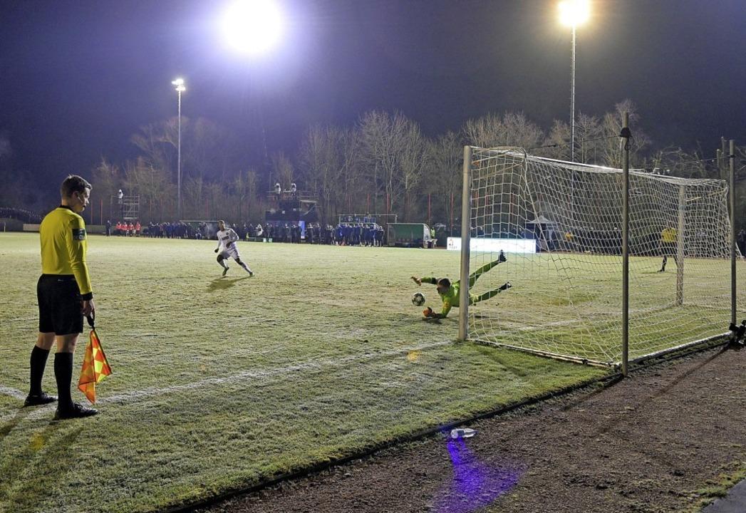 Ein aus KSC-Sicht enttäuschendes Spiel...n in Völklingen dem 1. FC Saarbrücken.  | Foto: Oliver Dietze (dpa)