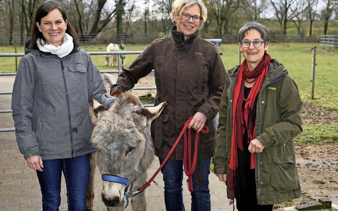 Birte Boxler, Nicole Schmalfuß und Sus...lten Eselsdame Rosi auf dem Mundenhof   | Foto: Thomas Kunz