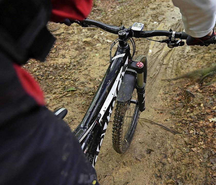 Mountainbiken im Wald (Symbolbild) ? D...ss ein illegaler Trail angelegt werde.  | Foto: Patrick Seeger
