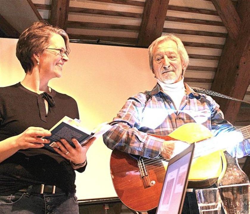 Die Autorin Julia Heinecke  und der Li... in die Kirchzartener Rainhofscheune.   | Foto: Erich Krieger
