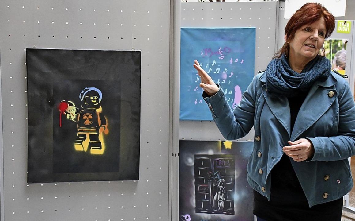 Christina Kuhn von der Kunstküche Rhei... der Bilderausstellung im Landratsamt   | Foto: Barbara Ruda