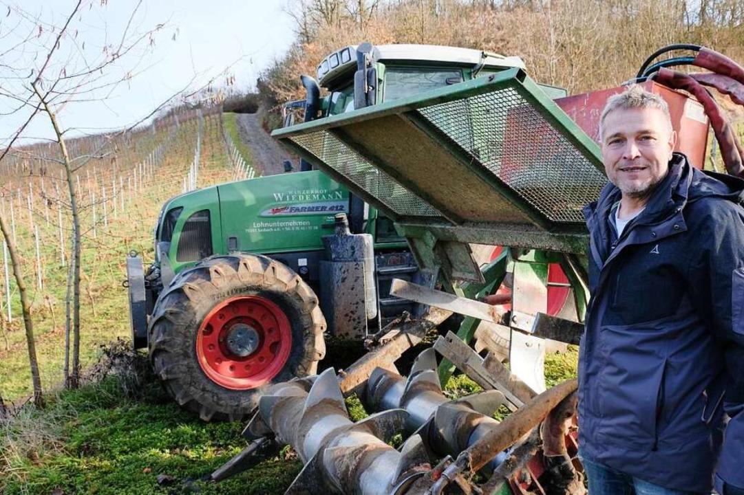 Jörg Wiedemann neben seinem Reben-Rodepflug   | Foto: Michael Heilemann