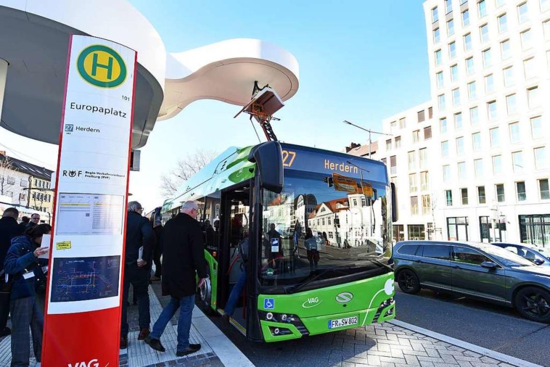 Der E-Bus kann an der Haltestelle Euro...ndkursen schnell grüne Energie laden.   | Foto: Rita Eggstein