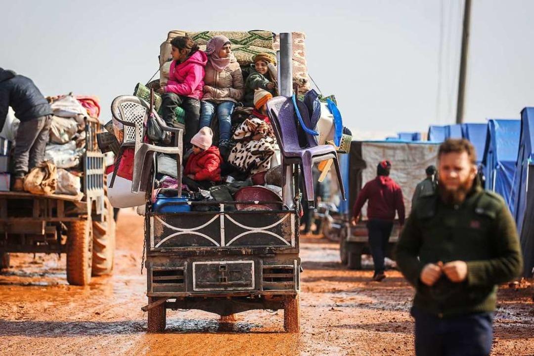 Viele Familien sind mit ihren Besitztü...auerenden Militäreinsätzen geflüchtet.  | Foto: Anas Alkharboutli (dpa)