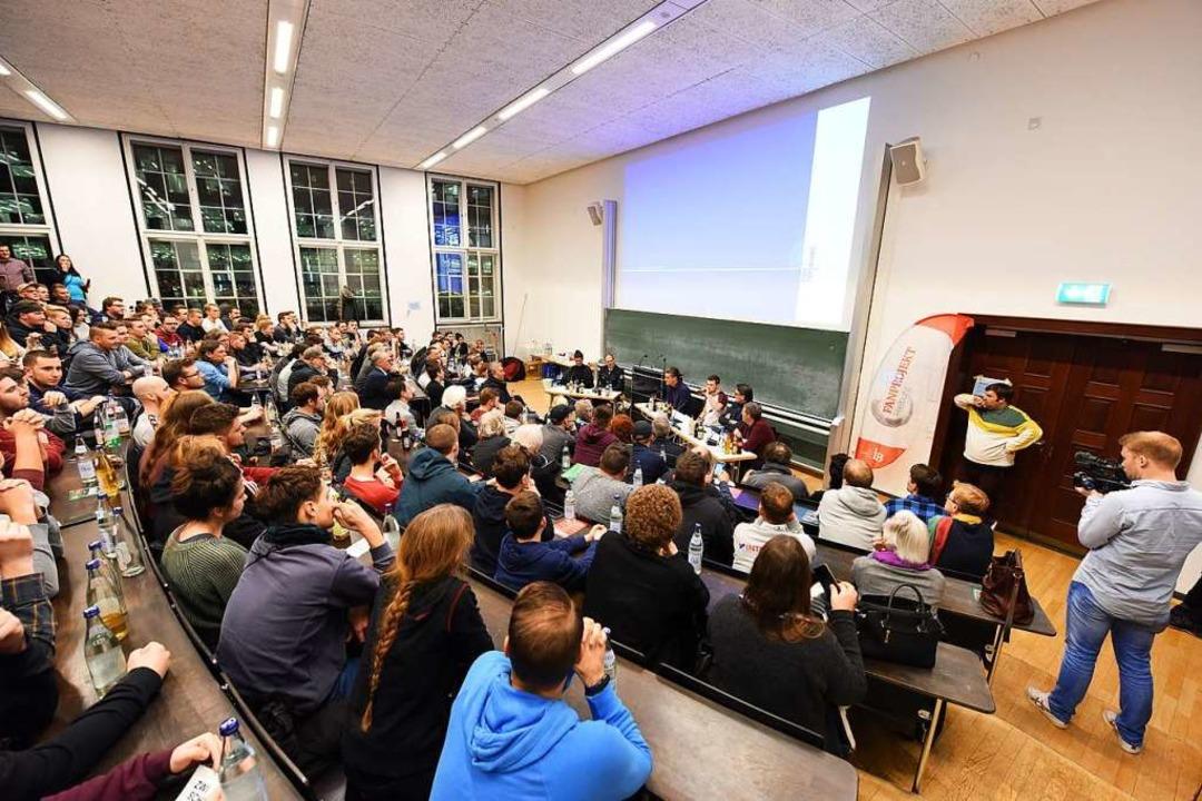 Vollbesetzter Saal: Rund 150 Interessierte mussten draußen bleiben.  | Foto: Rita Eggstein
