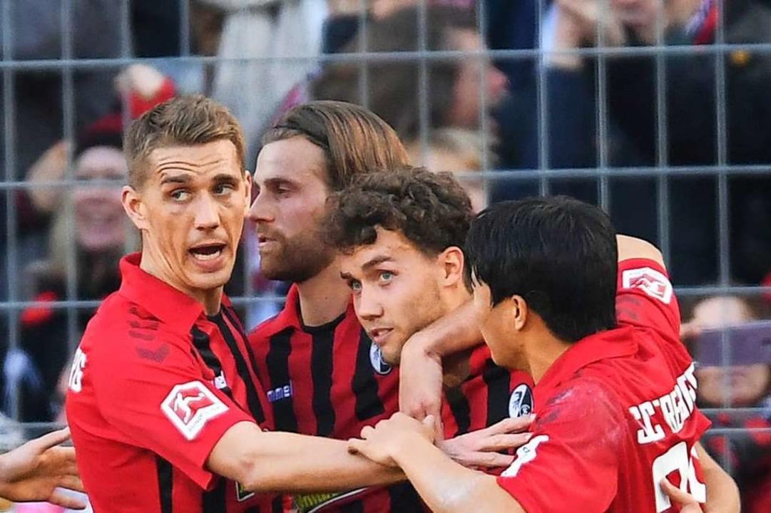 Der Freiburger Jubel nach dem 1:0: Luc...urger Führungstreffer erzielen können.  | Foto: Patrick Seeger (dpa)