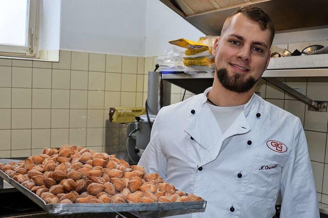 Konditor Nico Oswald mit frisch gebackenen Mutzenmandeln  | Foto: Gabriele Hennicke