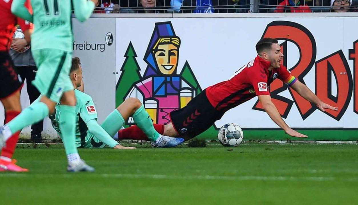 Christian Günter wird im Strafraum der... Luca Waldschmidt zum 1:0-Siegtreffer.  | Foto: Patrick Seeger (dpa)