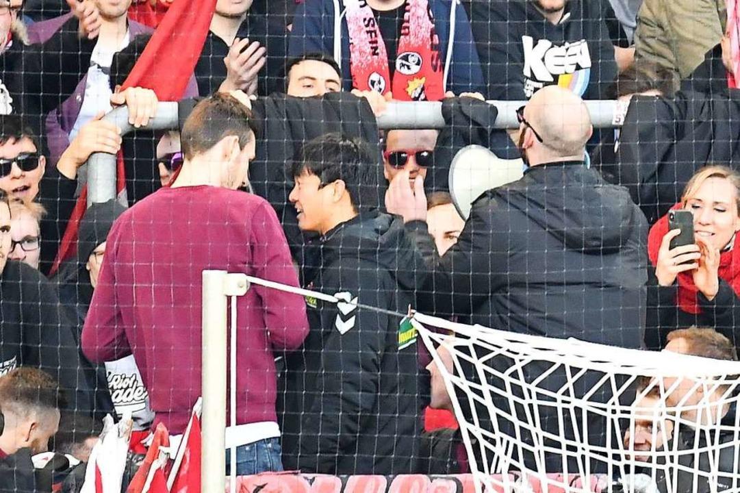 Chang-Hoon Kwon darf nach dem Spiel die Fangesänge anstimmen.  | Foto: Achim Keller