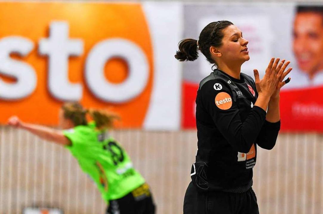 HSG-Torfrau Lena Fischer muss einen Treffer von Harrislee hinnehmen.  | Foto: Patrick Seeger
