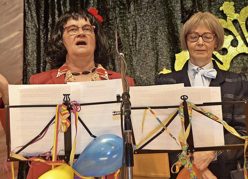 Gerlinde Deck (links) und Lydia Haser ...Publikum Nachhilfe in Oberhüsemerisch.  | Foto: Jörg Schimanski