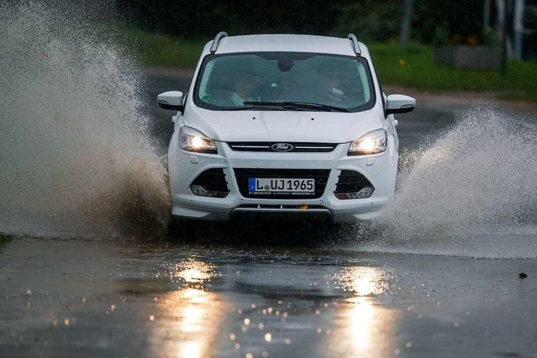 Kein schöner Weg zur Arbeit: Bei Sturm...r, das Haus zu verlassen (Archivbild).  | Foto: Jens Büttner