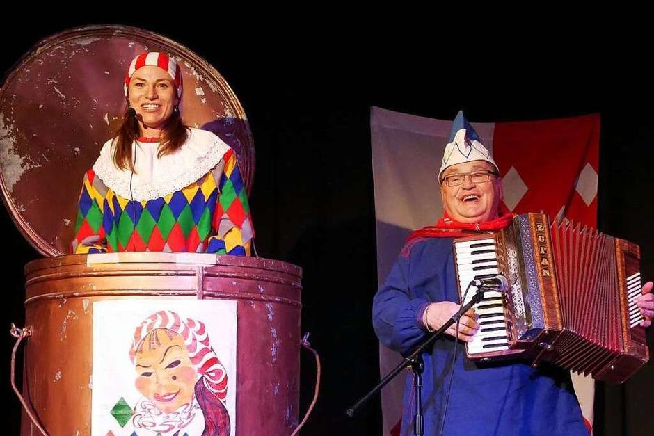Bürgermeisterin Meike Folkerts hatte sich zum Prolog Verstärkung aus Bonndorf geholt, die Pflumeschlucker. (Foto: Eva Korinth)