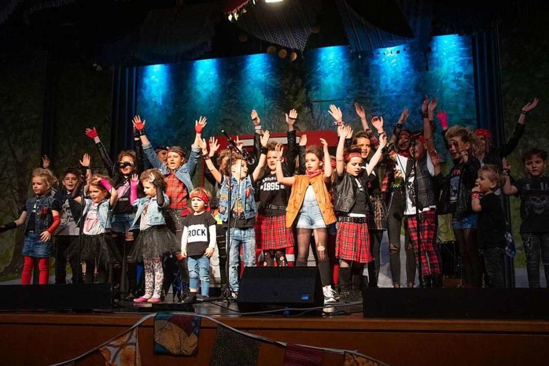 Rockten die Bühne: die Zigeunerkinder als singende und tanzende Rocker.  | Foto: Volker Münch