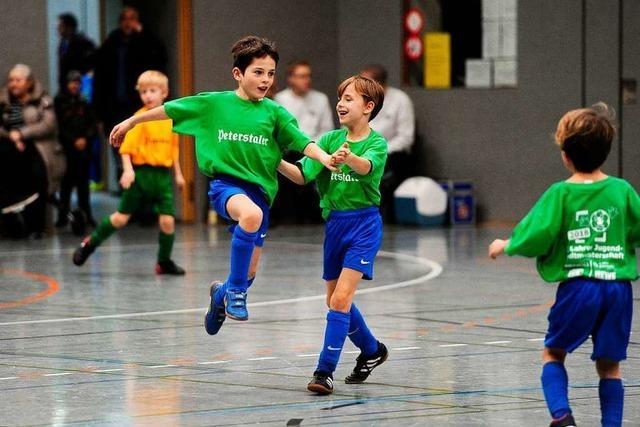 Zur Siegerehrung kommt ein Fußballprofi