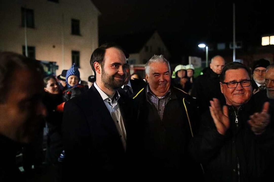 Vor dem Rathaus empfingen Bürgerinnen und Bürger ihren neuen Bürgermeister.  | Foto: Janos Ruf