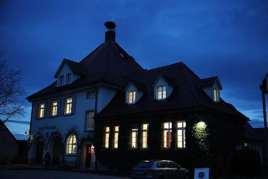Geschäftiges Treiben am Sonntagabend im Schallstadter Rathaus.  | Foto: Janos Ruf
