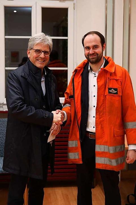 Amtsinhaber Jörg Czybulka gratuliert seinem frisch gewählten Nachfolger.  | Foto: Janos Ruf