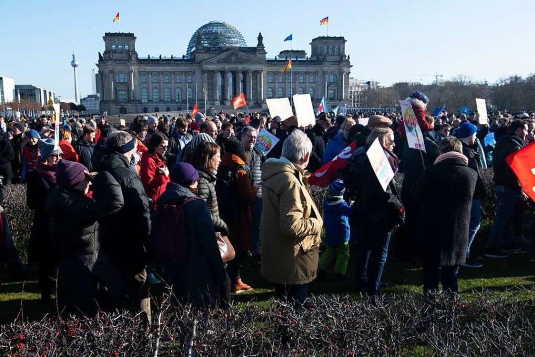 Protest gegen Rechts: Die Lage in Thür...nde Menschen in Berlin auf die Straße.  | Foto: Paul Zinken (dpa)