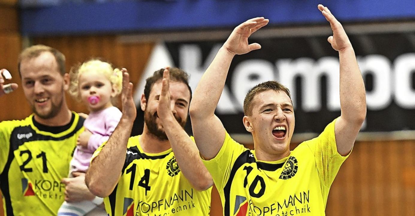 Handballer  und nuckelnder Nachwuchs: ... Hreblev bejubeln den Sieg am Sonntag.    Foto: Achim Keller