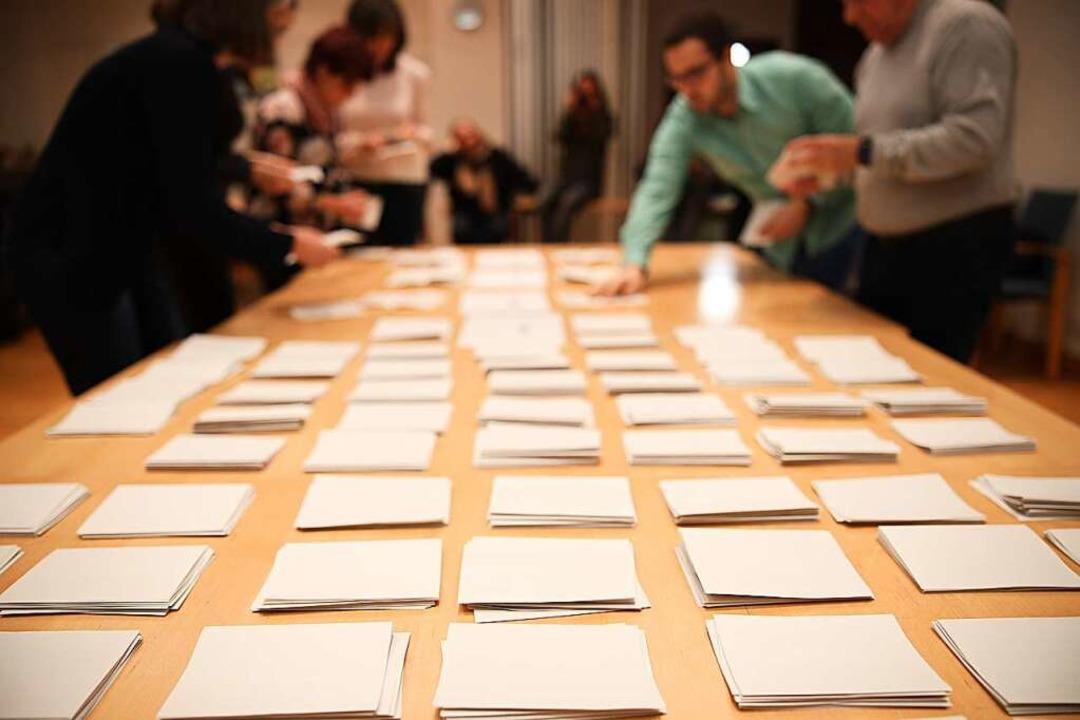 Stapel für Stapel wurden die Stimmen i...gezählt. Dann stand das Ergebnis fest.  | Foto: Janos Ruf