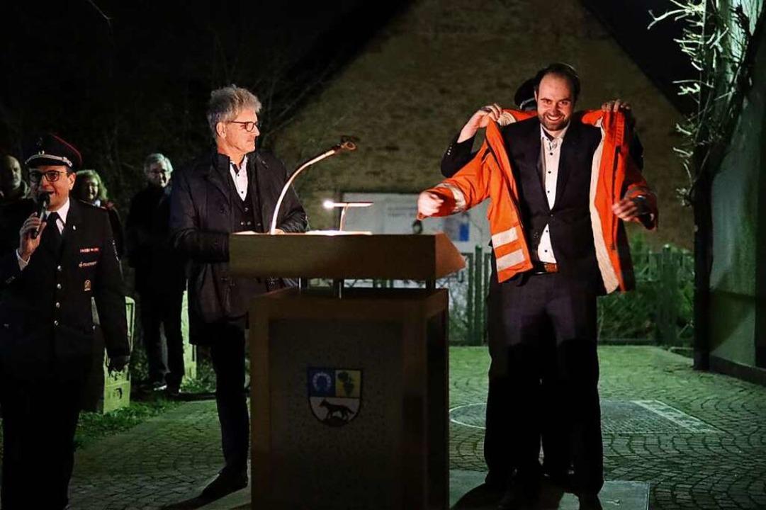 Sebastian Kiss  ist der neue Bürgermei...s, im Freien viele Hände zu schütteln.  | Foto: Janos Ruf