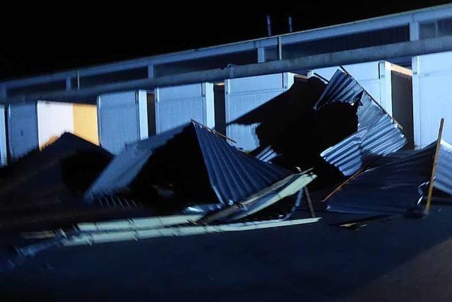 Wind deckt Hallendach in Teningen ab, Auto in Simonswald beschädigt