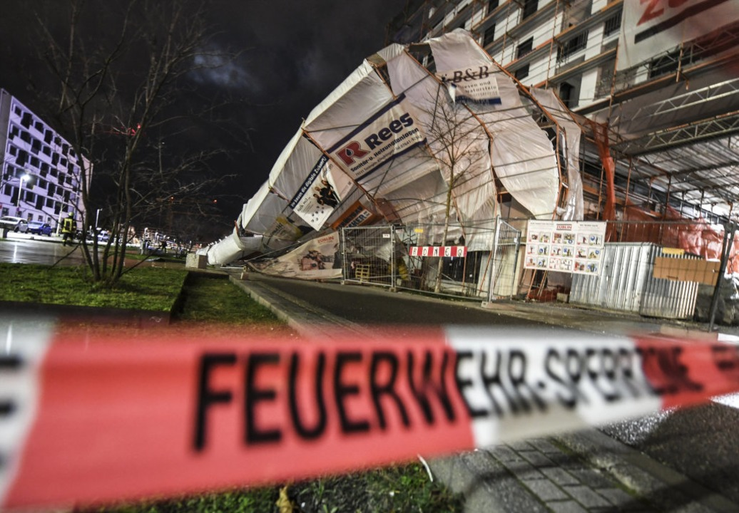 In Freiburg stürzte ein Baugerüst ein.  | Foto: Patrick Seeger (dpa)