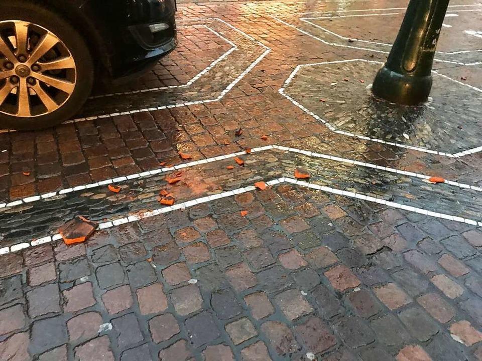 Vor der Kaiser-Joseph-Straße 227 in de... am Montagmorgen Ziegel herabgestürzt.    Foto: Valentin Heneka