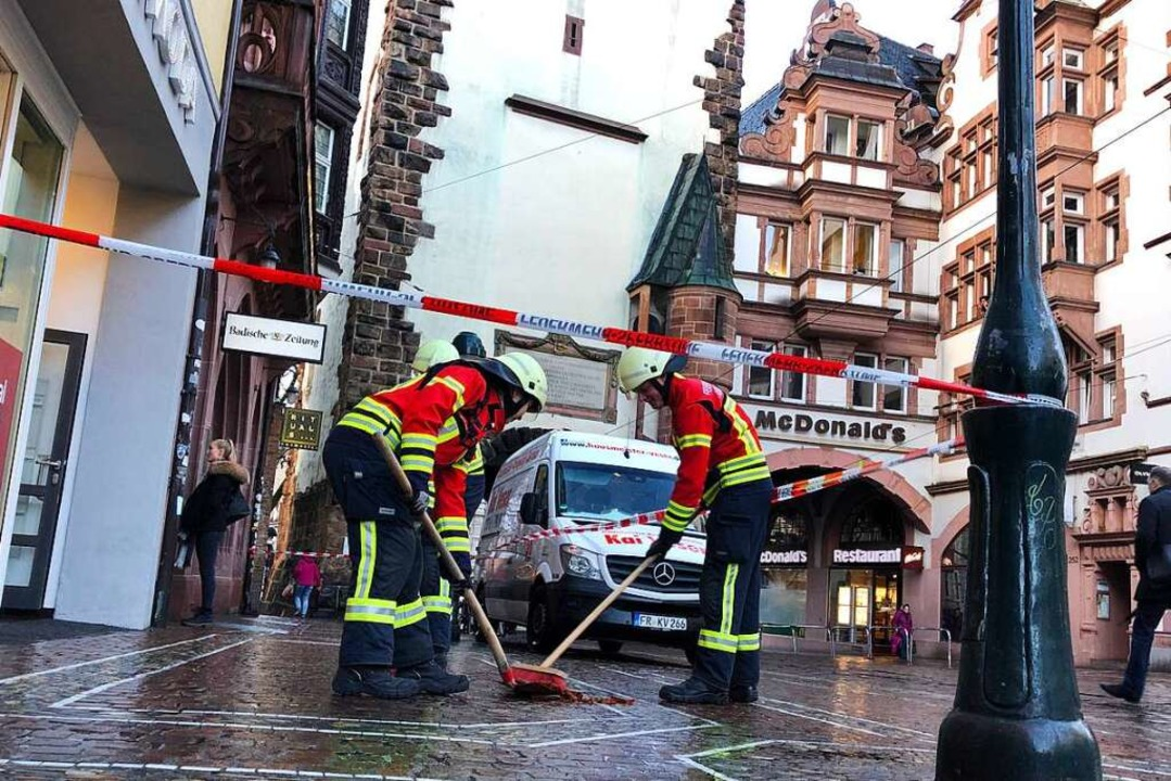 Die Feuerwehr Freiburg sichert die Absturzstelle in der Freiburger Innenstadt.    Foto: Joachim Röderer