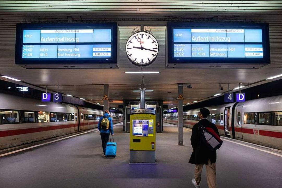Im Fernverkehr der Bahn gab es Verspätungen.  | Foto: Moritz Frankenberg (dpa)