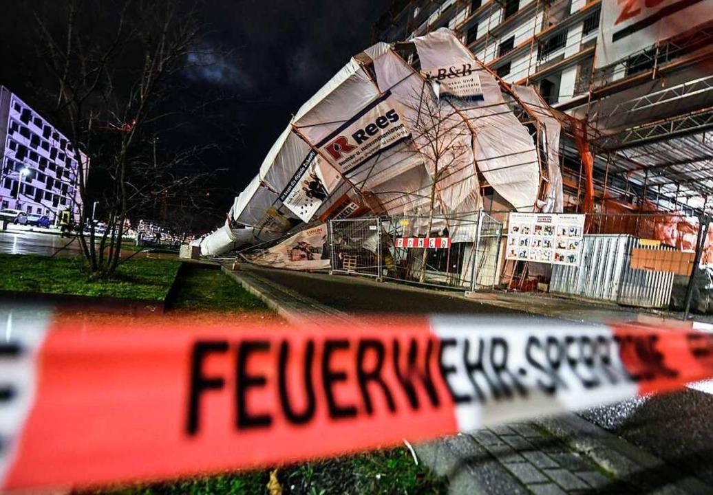 Laut Feuerwehr Freiburg wurde beim Einsturz des Baugerüsts niemand verletzt.    Foto: Patrick Seeger (dpa)