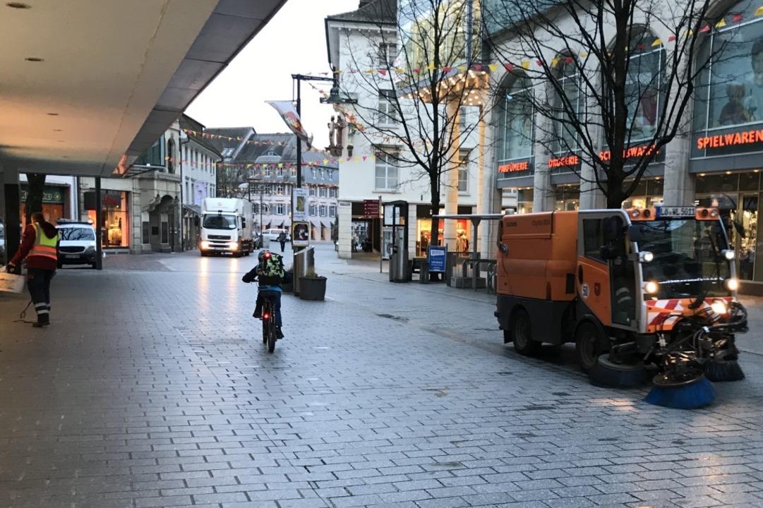 Montagmorgen in Lörrach: Die Kehrmaschine fährt.  | Foto: Jonas Hirt