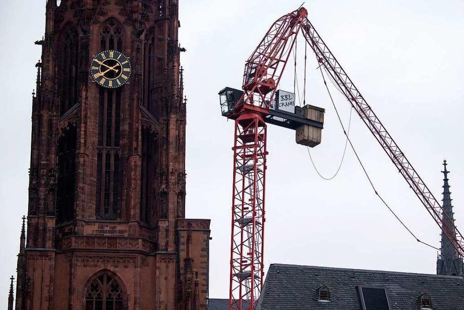 """Der vom Sturm """"Sabine"""" abgeknickte Ausleger eines Baukrans steckt im Dach des Frankfurter Doms. (Foto: Boris Roessler (dpa))"""