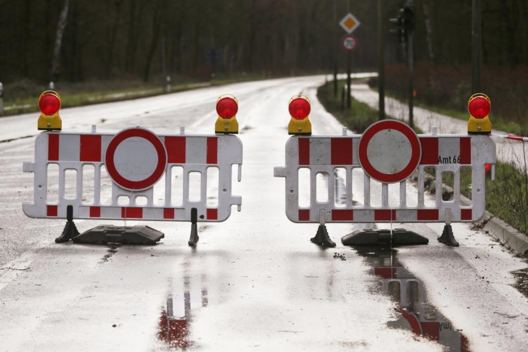 Gesperrte Verkehrswege gibt es landauf, landab – Straßen wie Schienen.  | Foto: David Young (dpa)