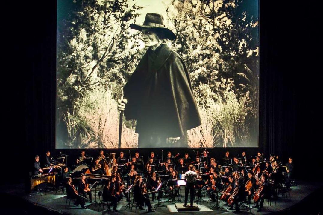 """Musik von Cornelius Schwehr: Das Rundf...assics"""" im Friedrichstadtpalast.    Foto: Bernd von Jutrczenka"""