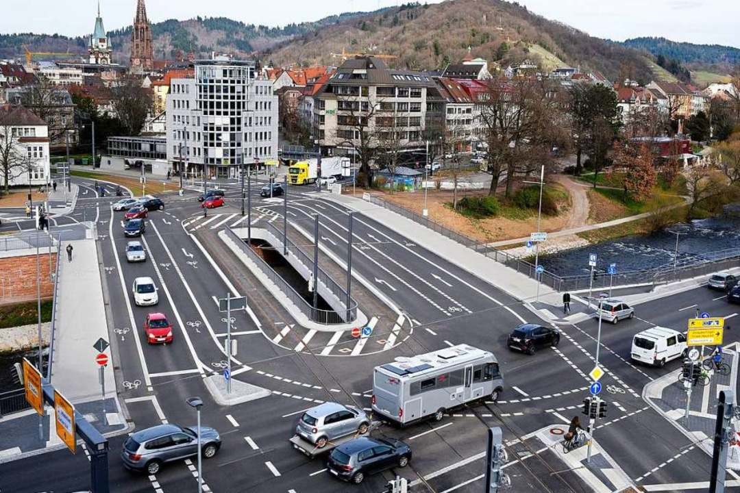 Fachleute berichten von Firmen, die na...Kronenbrücke passiert ist, ist unklar.  | Foto: Thomas Kunz